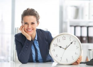 Mulher segurando um relógio