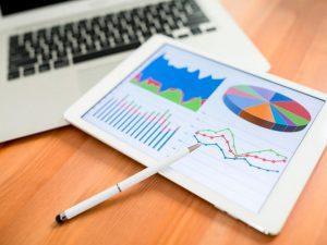 Tablet apresentando gráficos de crescimento nas vendas após ações de trade marketing.