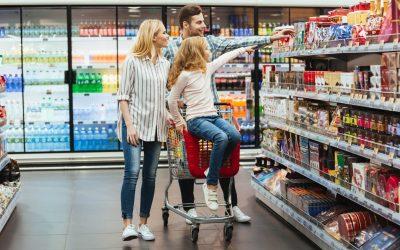 Família escolhendo os itens que irá comprar do sortimento de produtos oferecido pelo supermercado